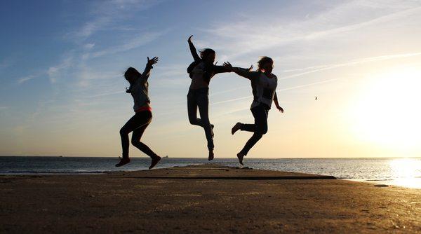 Bild Urlaub am Meer - springende menschen / franzi_h/pixelio.de